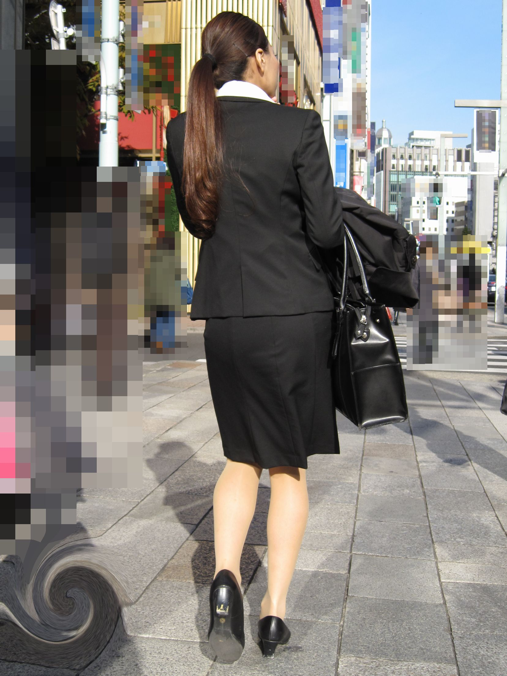 就活OLが面接へと急ぐタイトスカート美尻エロ画像2枚目