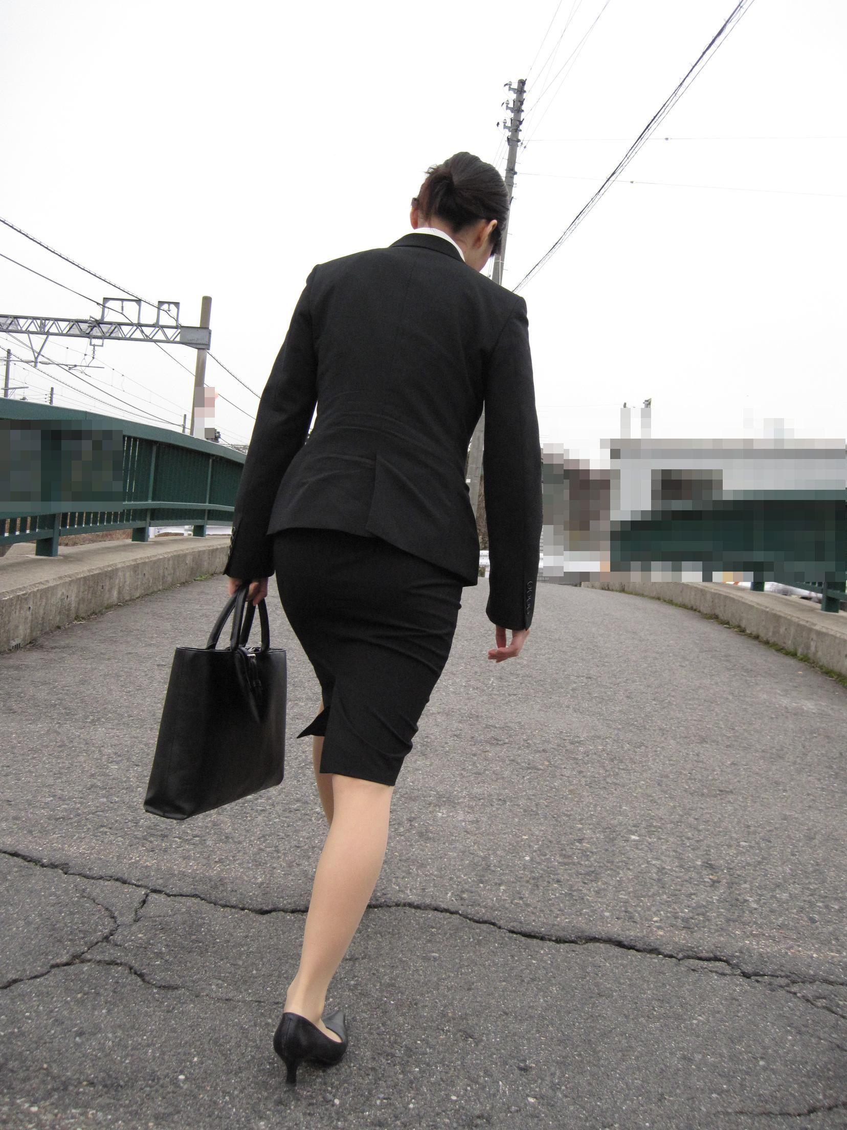 就活OLが面接へと急ぐタイトスカート美尻エロ画像3枚目