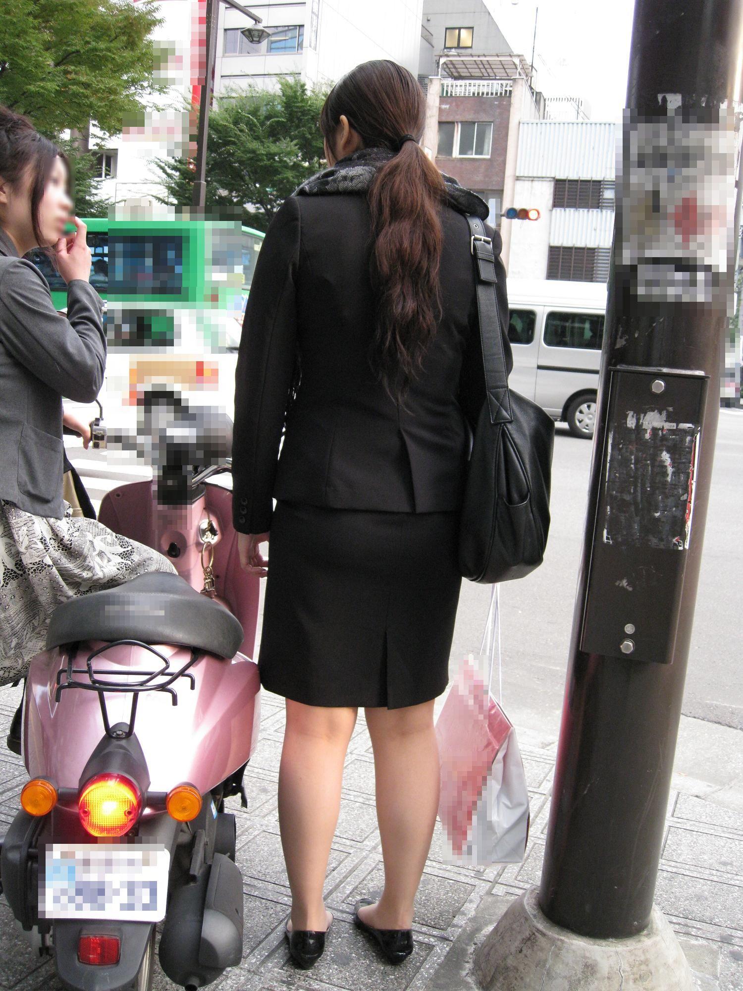 就活OLが面接へと急ぐタイトスカート美尻エロ画像4枚目
