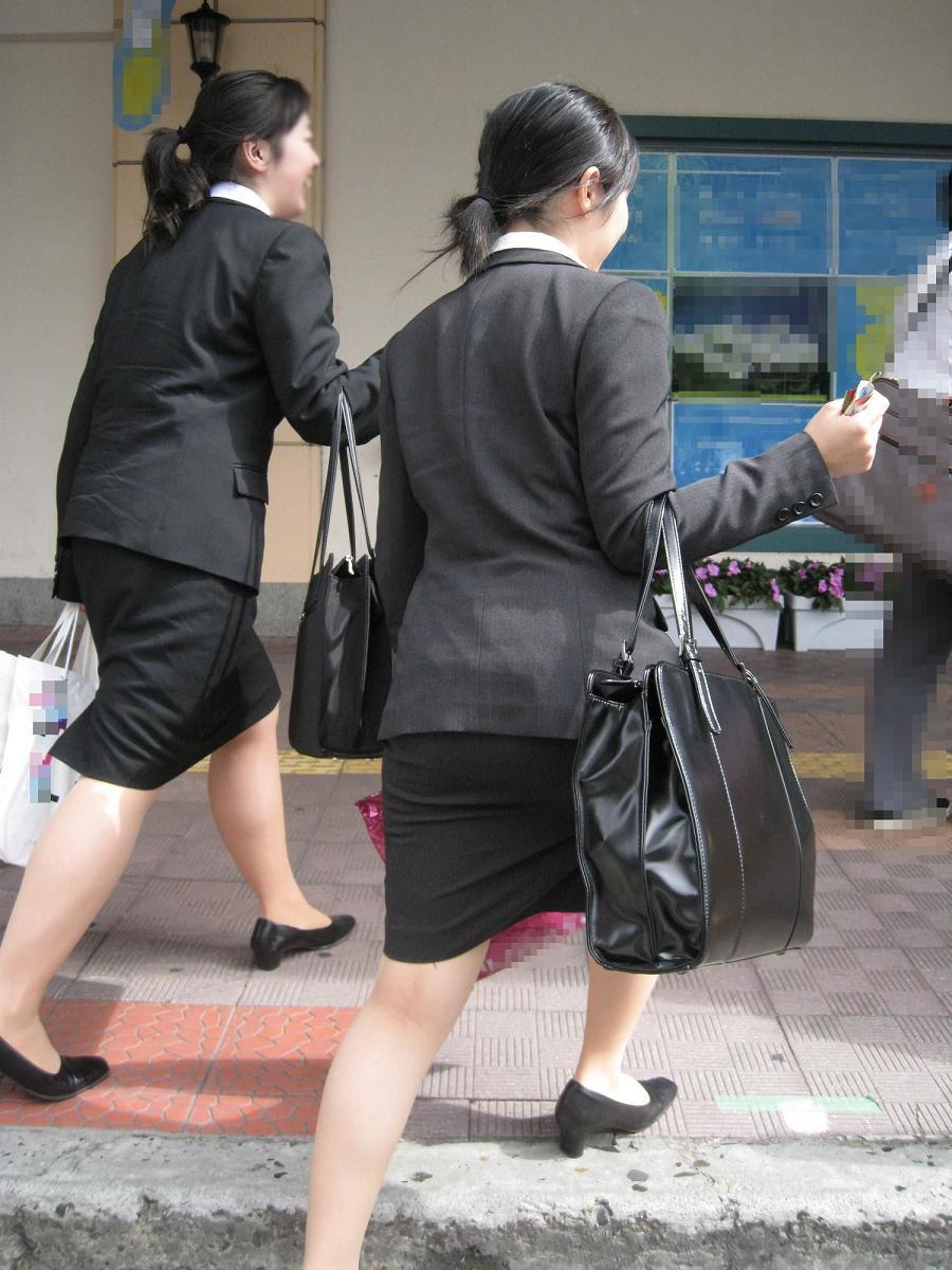 就活OLが面接へと急ぐタイトスカート美尻エロ画像6枚目