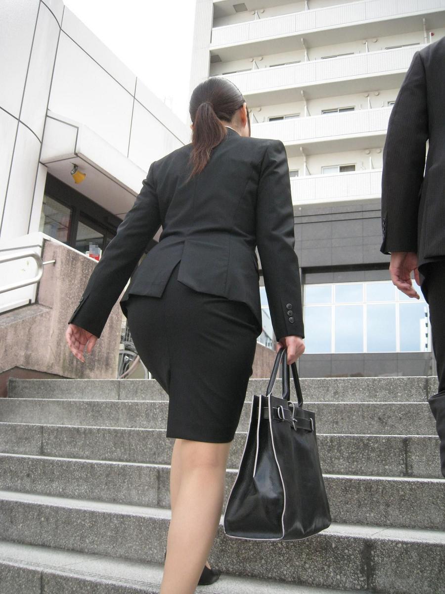 就活OLが面接へと急ぐタイトスカート美尻エロ画像7枚目