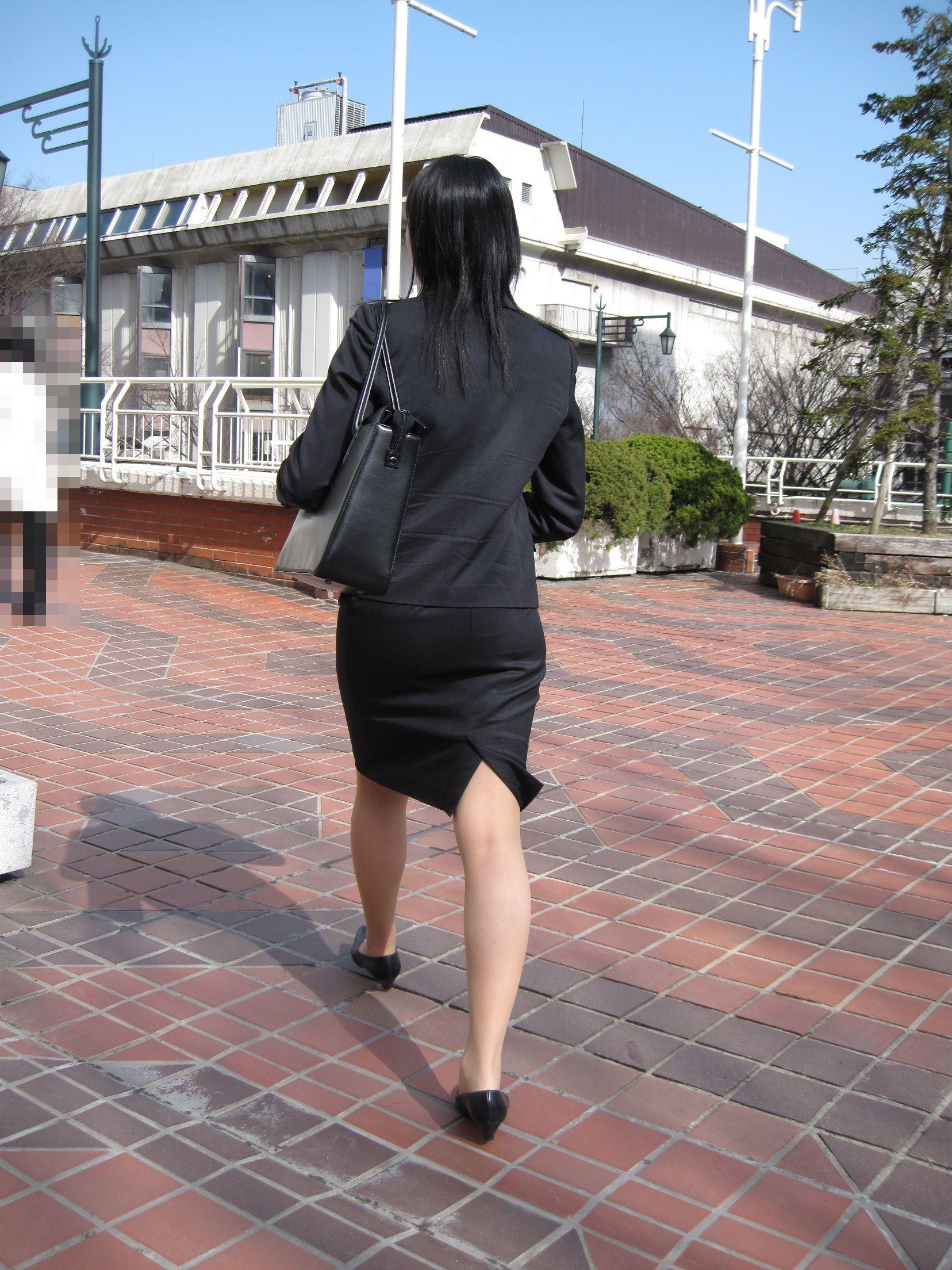 就活OLが面接へと急ぐタイトスカート美尻エロ画像9枚目