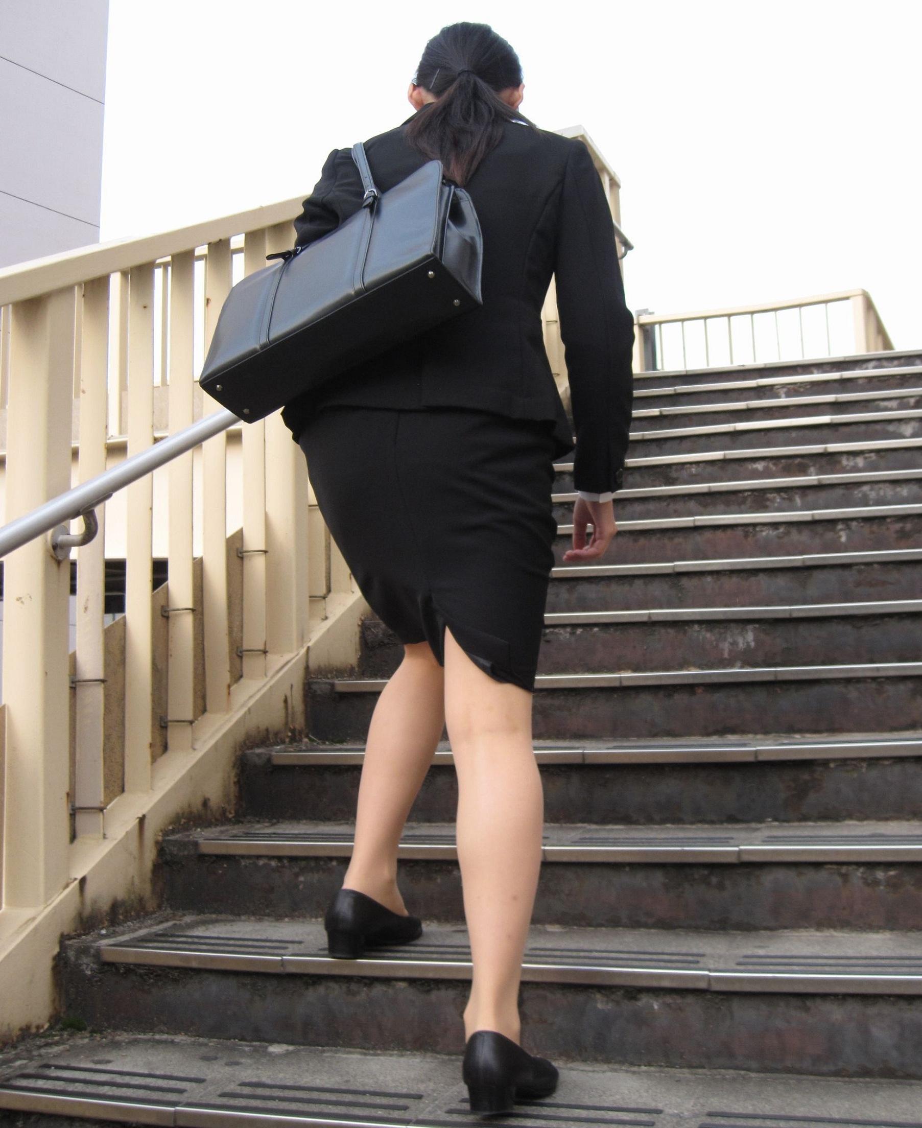就活OLが面接へと急ぐタイトスカート美尻エロ画像10枚目