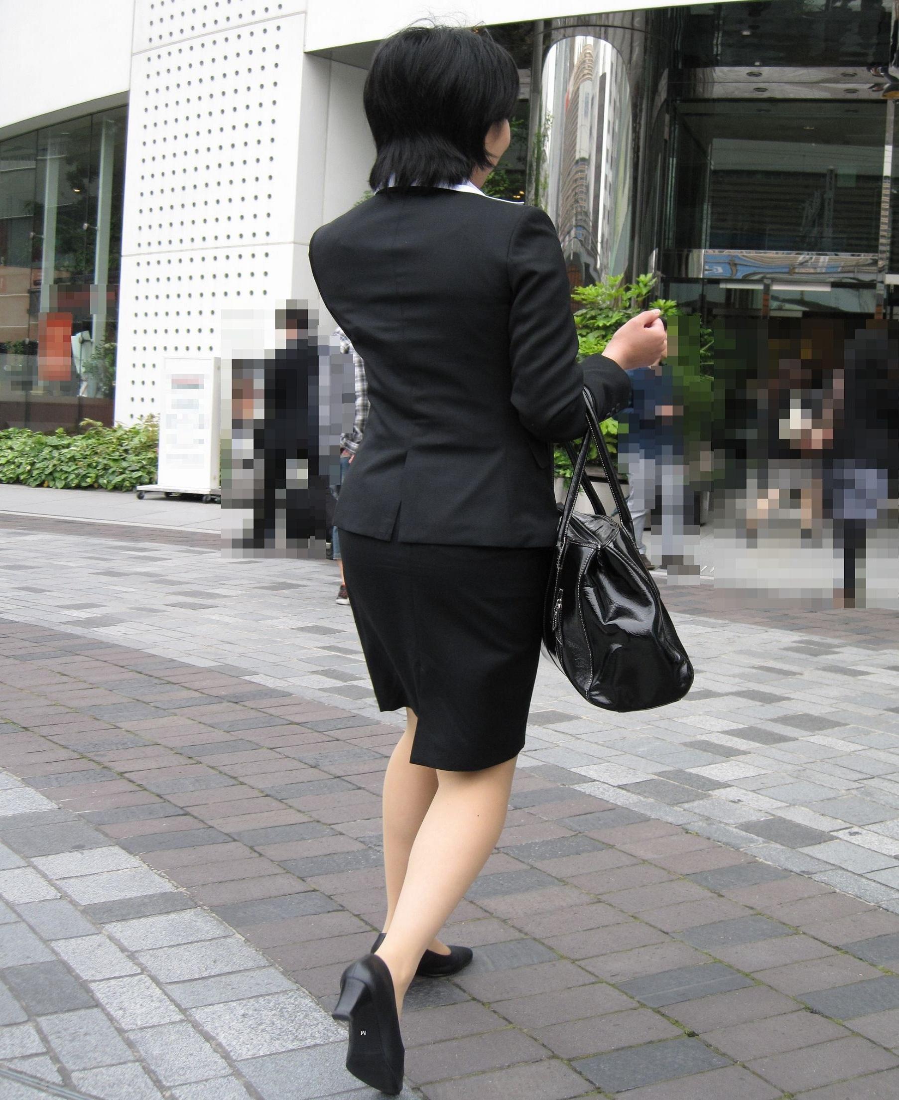就活OLが面接へと急ぐタイトスカート美尻エロ画像11枚目