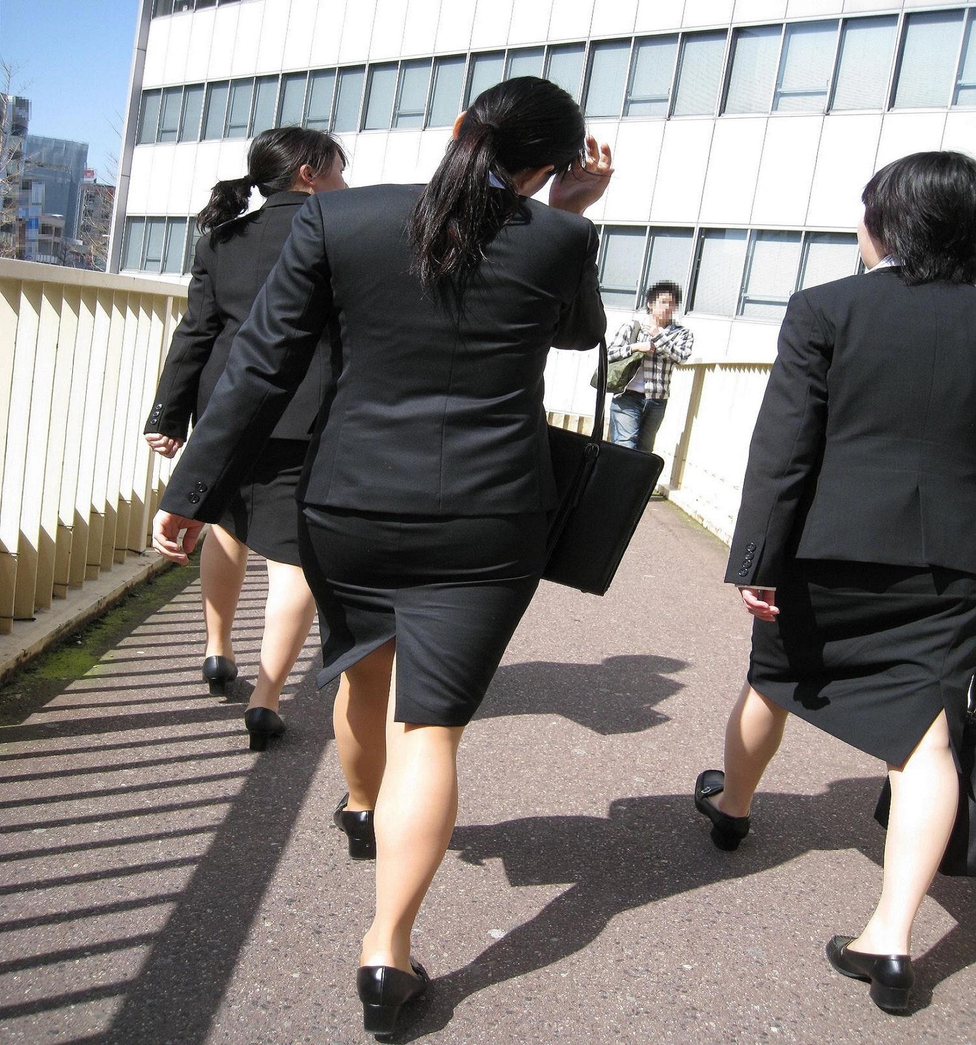 就活OLが面接へと急ぐタイトスカート美尻エロ画像12枚目