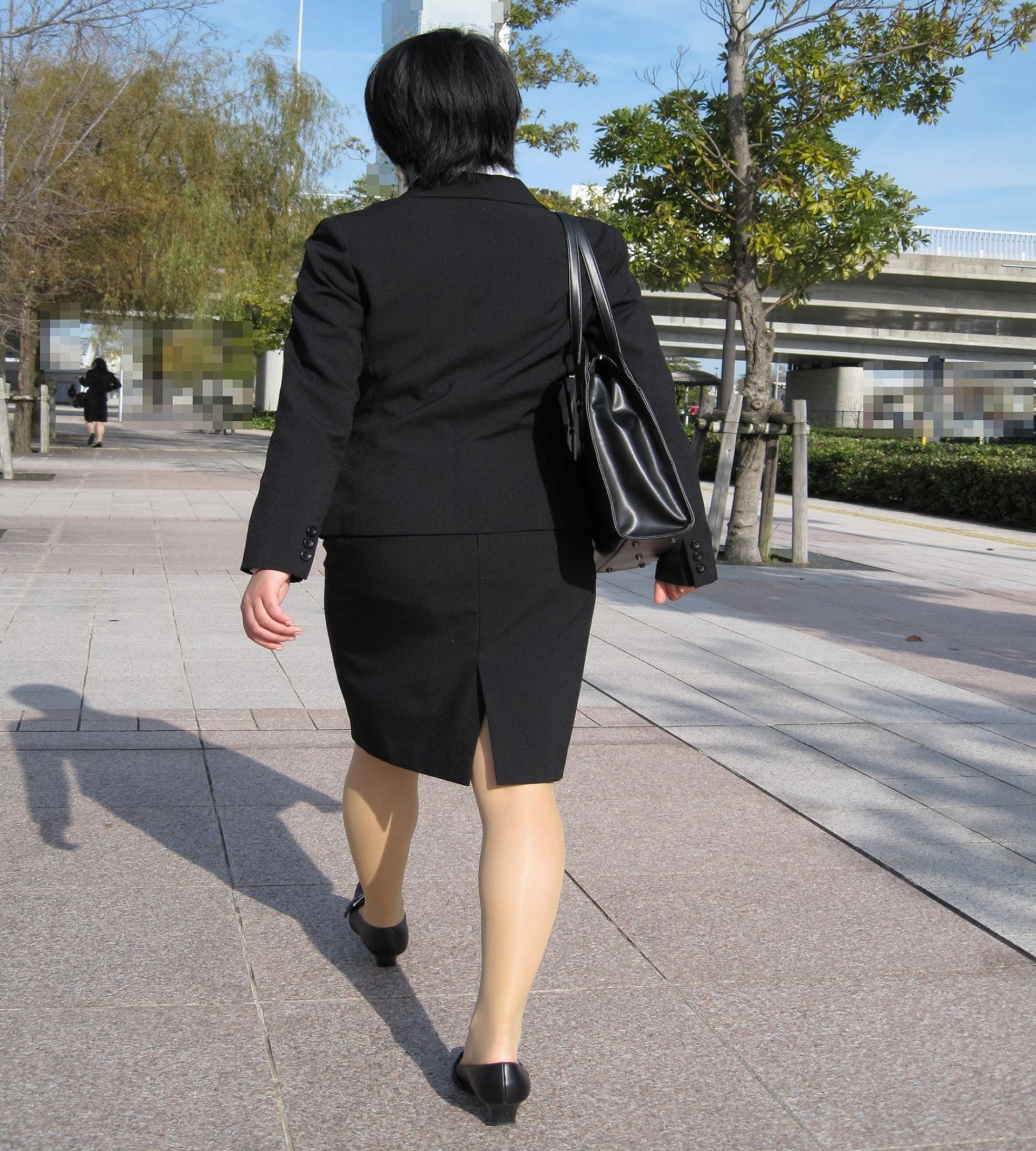 就活OLが面接へと急ぐタイトスカート美尻エロ画像13枚目
