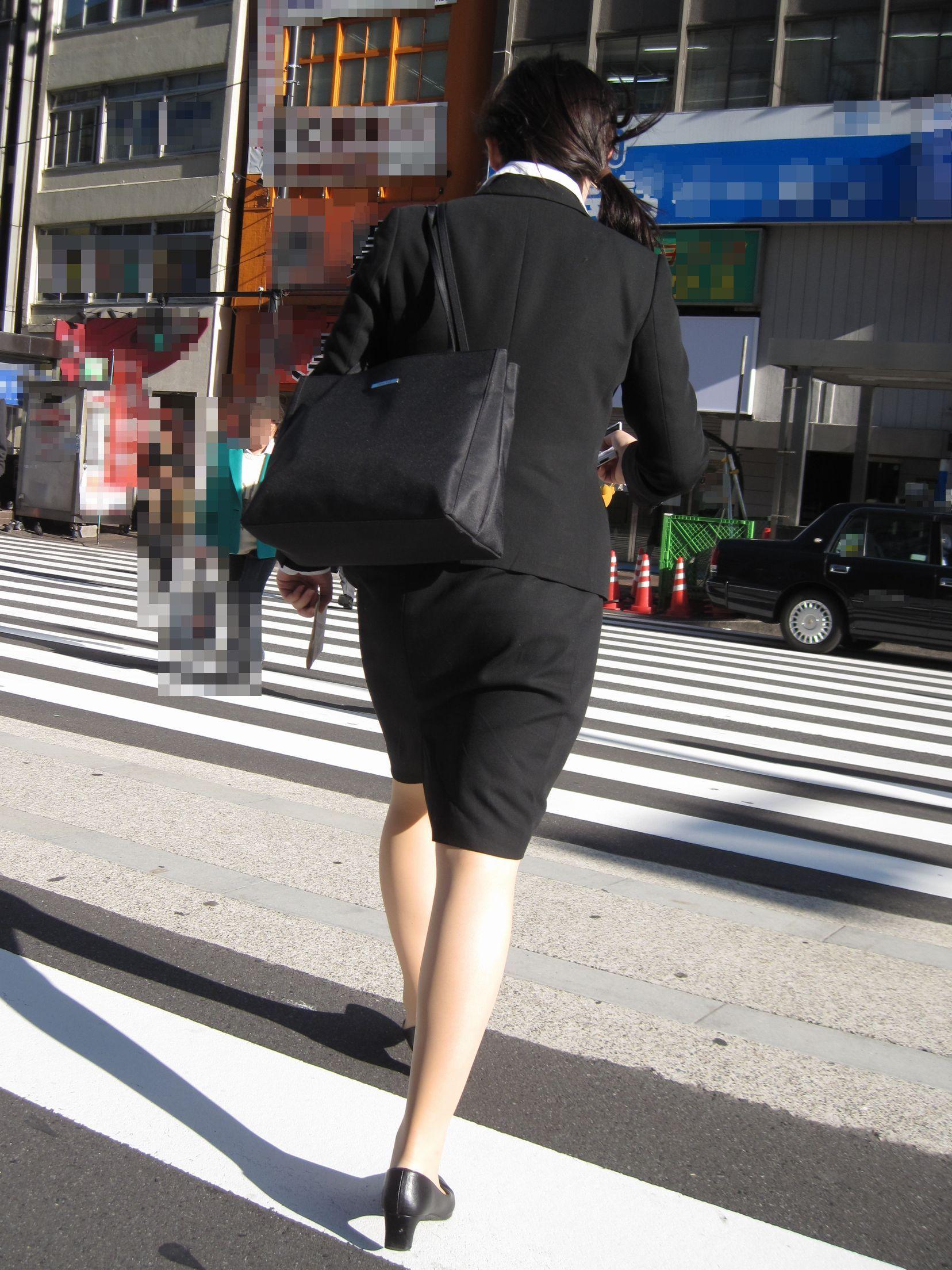 就活OLが面接へと急ぐタイトスカート美尻エロ画像15枚目