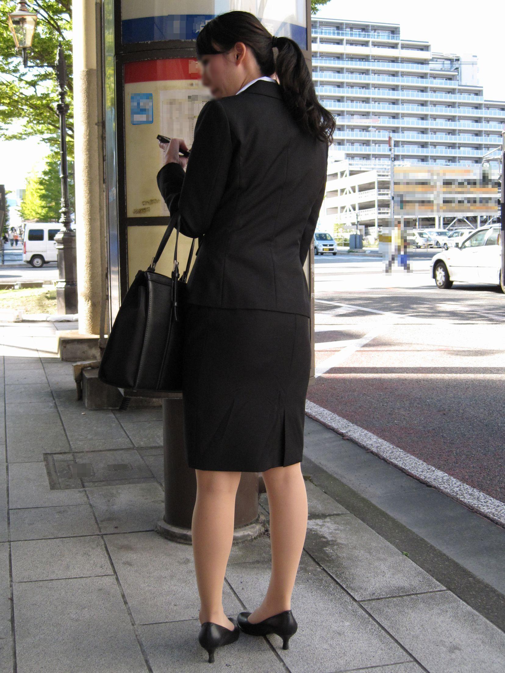 就活OLが面接へと急ぐタイトスカート美尻エロ画像16枚目