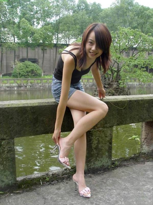 痴女OLの足裏ピンヒールの鋭い美脚誘惑エロ画像3枚目