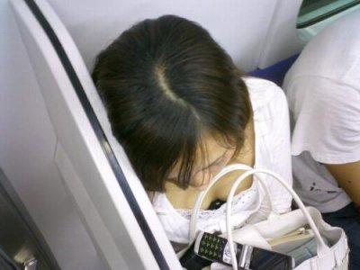 スーツOLが満員電車で盗撮された谷間のエロ画像11枚目