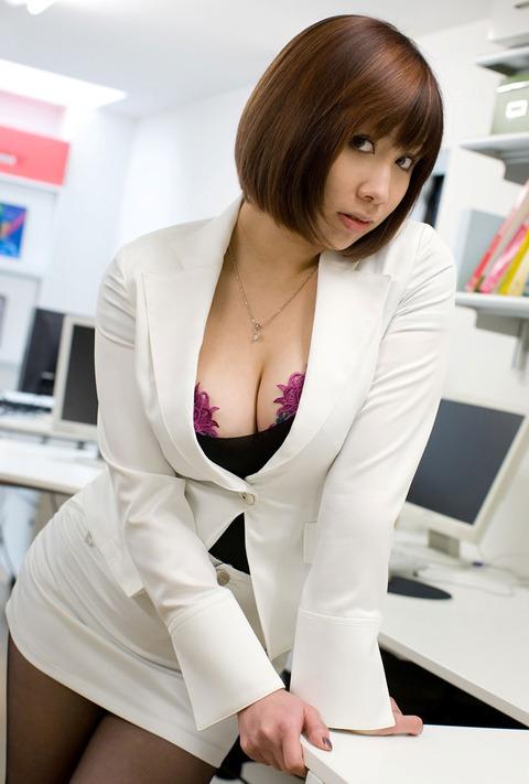 後輩OLが豊満なスーツの胸の谷間を見せる誘惑のエロ画像2枚目