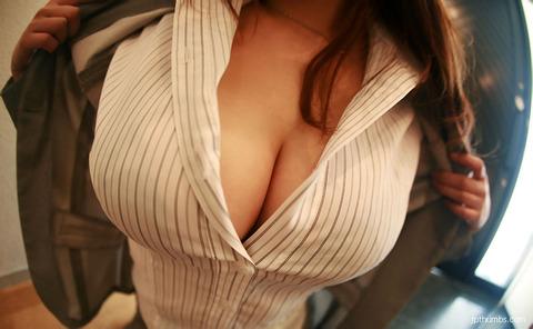 後輩OLが豊満なスーツの胸の谷間を見せる誘惑のエロ画像3枚目