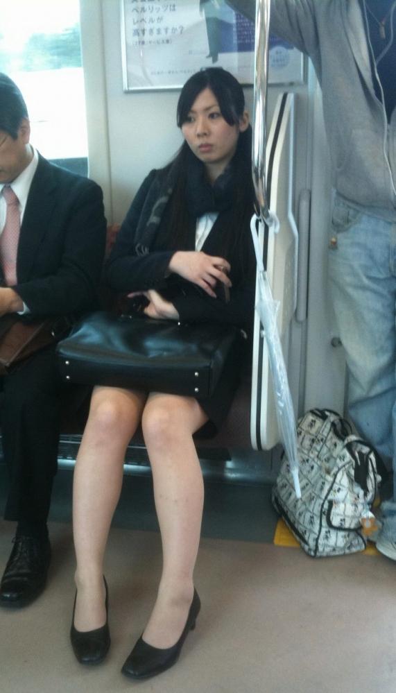 就活OLのバス停で巨尻タイトスカートしてしまうエロ画像2枚目