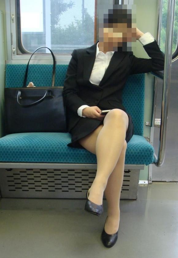 就活OLのバス停で巨尻タイトスカートしてしまうエロ画像3枚目