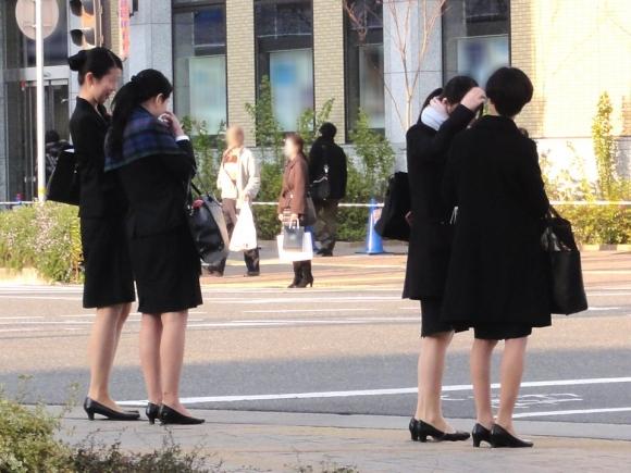 就活OLのバス停で巨尻タイトスカートしてしまうエロ画像11枚目
