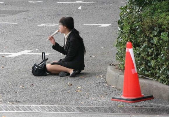 就活OLのバス停で巨尻タイトスカートしてしまうエロ画像16枚目