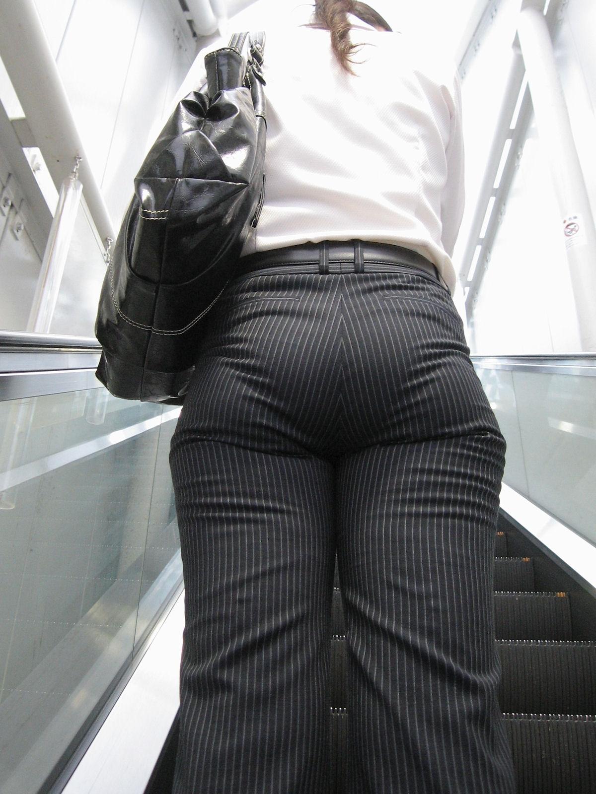 OLがエレベーターを待つパンティライン盗撮エロ画像5枚目