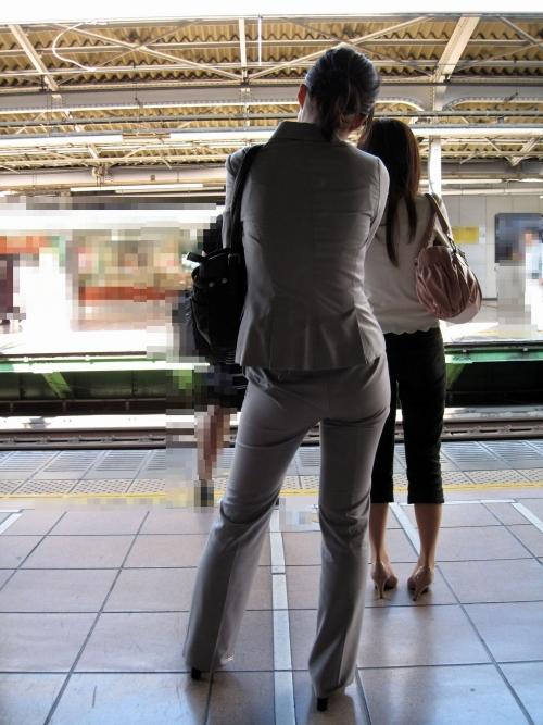 OLがエレベーターを待つパンティライン盗撮エロ画像8枚目