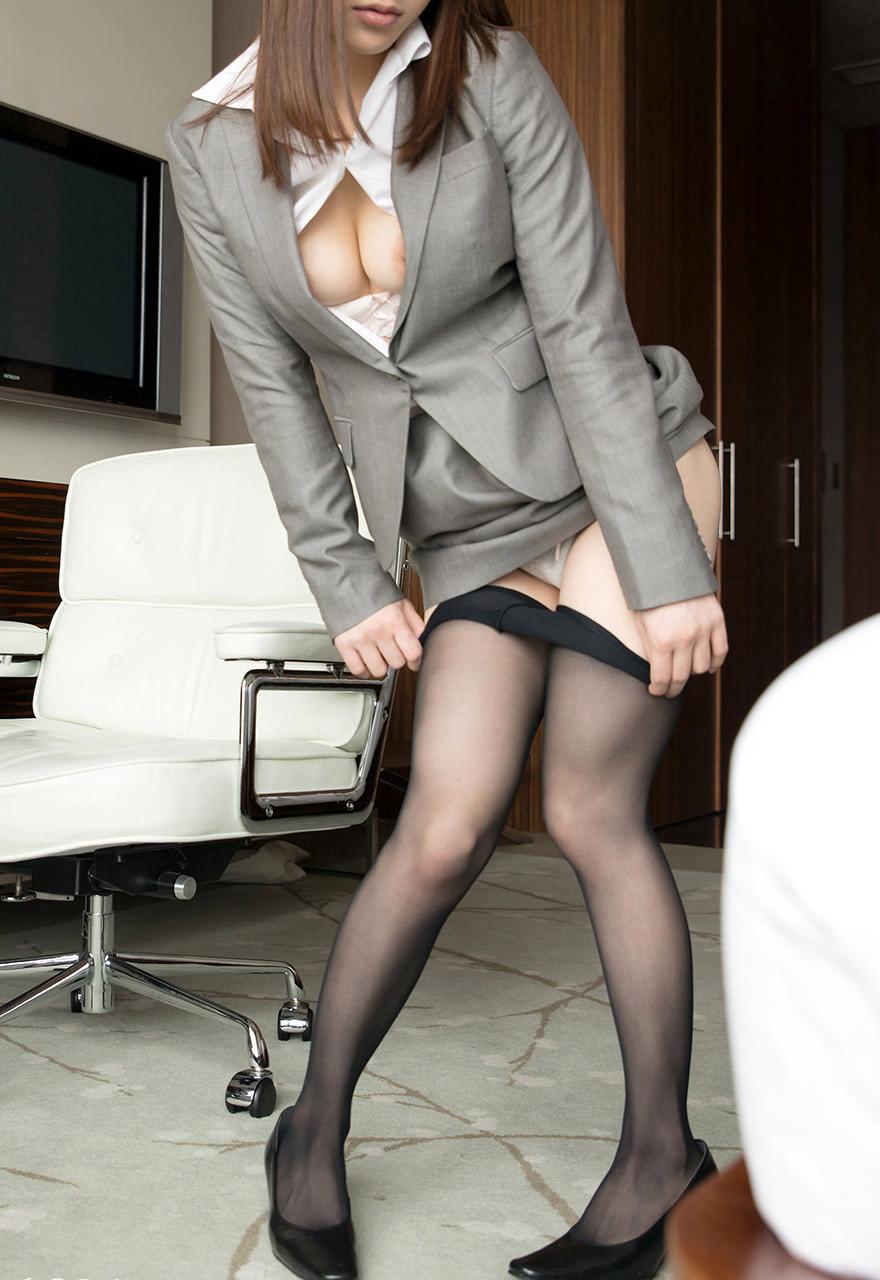 秘書のギャルOLがスーツで谷間をチラつかせるエロ画像13枚目