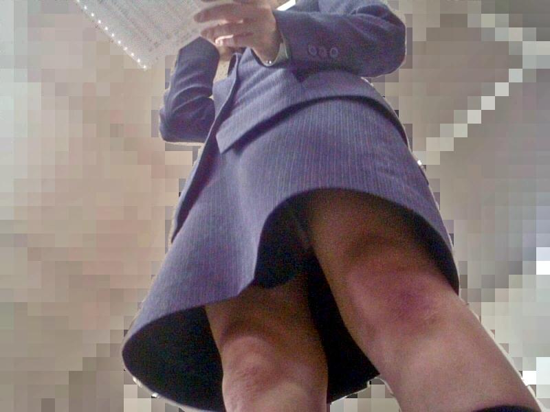 OLの地味な下着が多いタイトスカート逆さ盗撮エロ画像11枚目