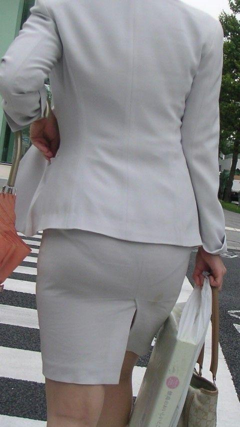 OLの通気性の良いスーツで透けたパンティラインエロ画像15枚目