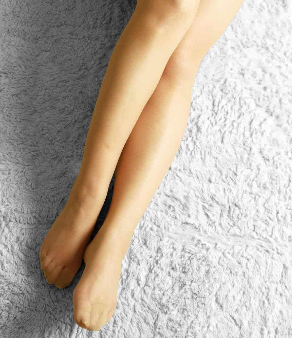 美脚OLのソファに同化するベージュパンストつま先エロ画像11枚目