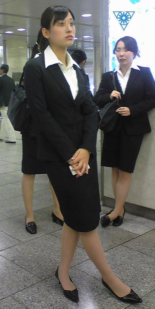 就活OLの不安な表情で魅せるタイトスカートエロ画像1枚目