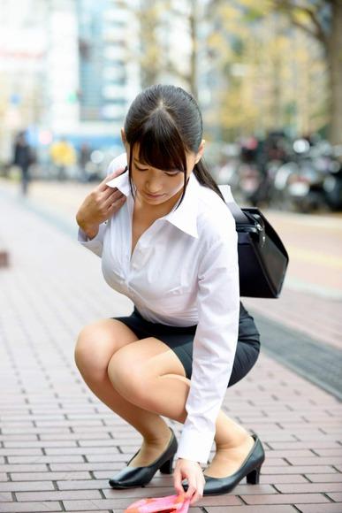 就活OLの不安な表情で魅せるタイトスカートエロ画像12枚目