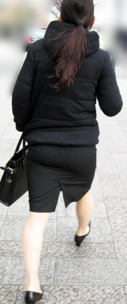 就活OLの不安な表情で魅せるタイトスカートエロ画像16枚目