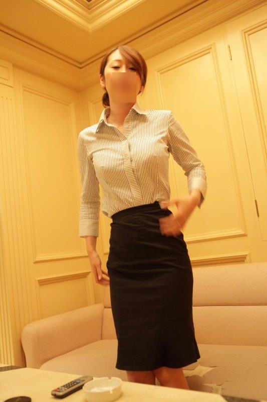 美尻OLのタイトスカートと巨乳にも目がいくエロ画像1枚目