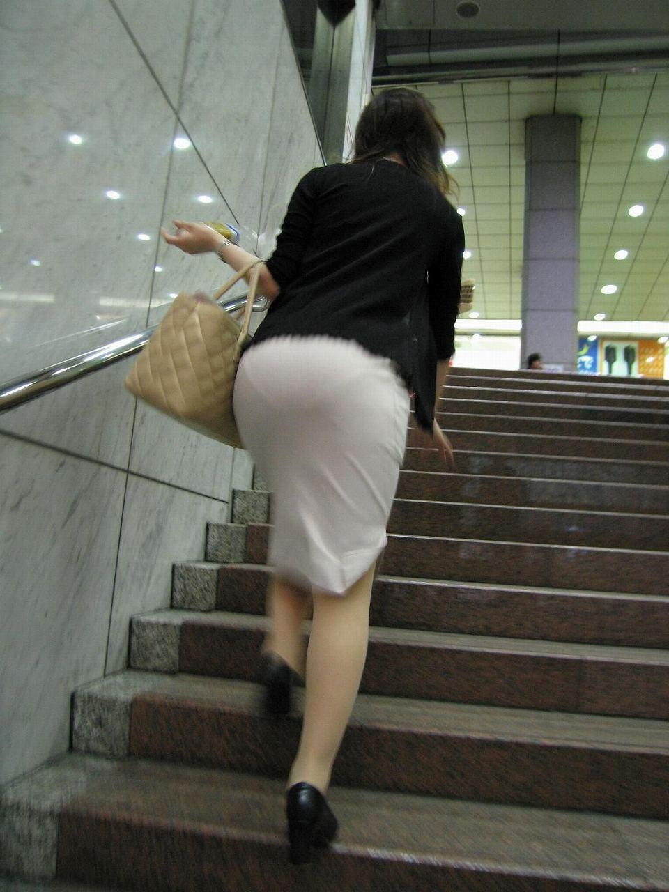 美尻OLのタイトスカートと巨乳にも目がいくエロ画像4枚目