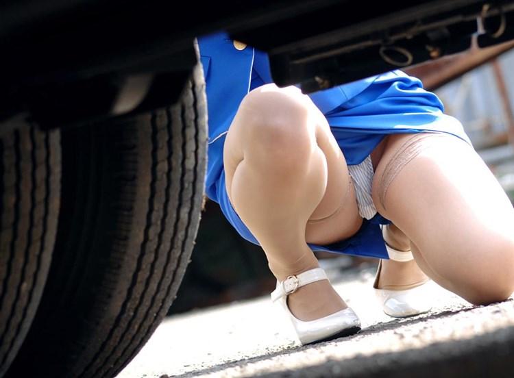 バスガイドが車内でオナニーする欲求不満なエロ画像10枚目
