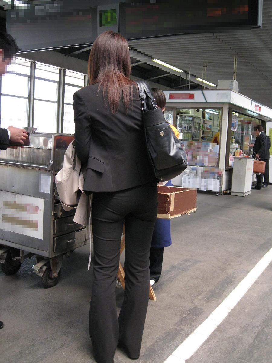 上京就活の前にリクスーOLが駅のホームで佇むエロ画像1枚目