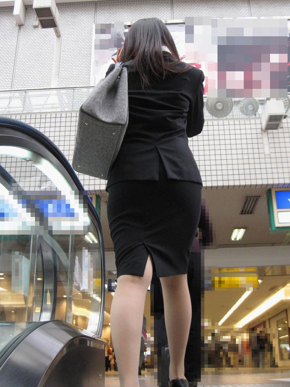 上京就活の前にリクスーOLが駅のホームで佇むエロ画像4枚目