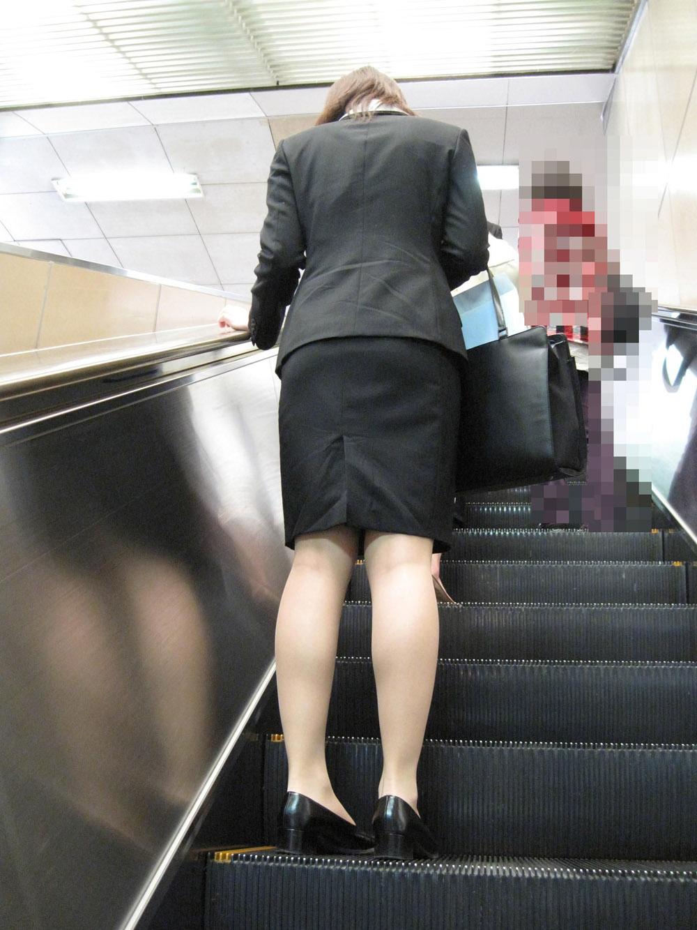 上京就活の前にリクスーOLが駅のホームで佇むエロ画像5枚目