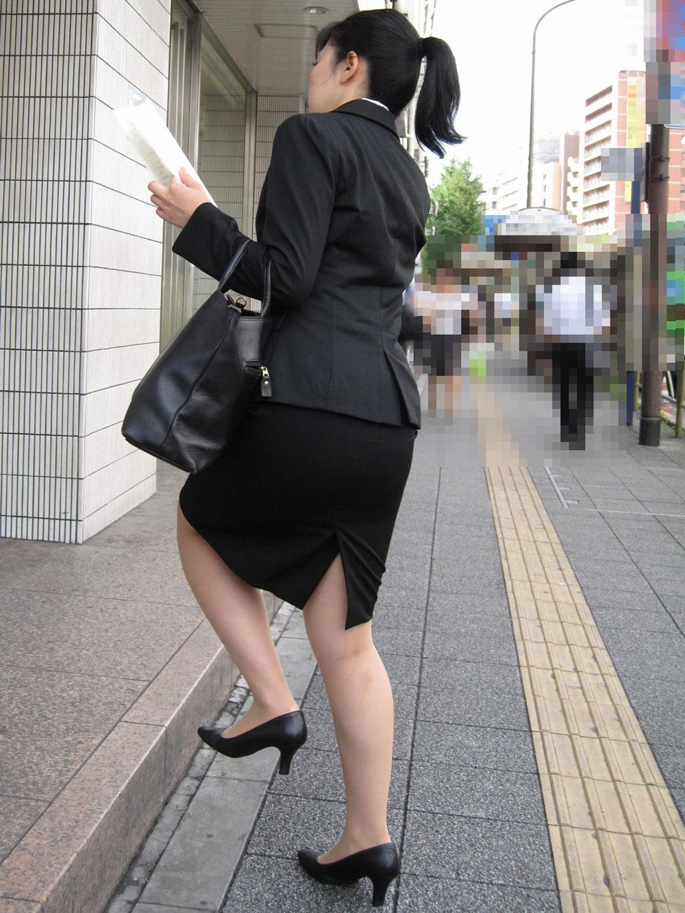上京就活の前にリクスーOLが駅のホームで佇むエロ画像6枚目