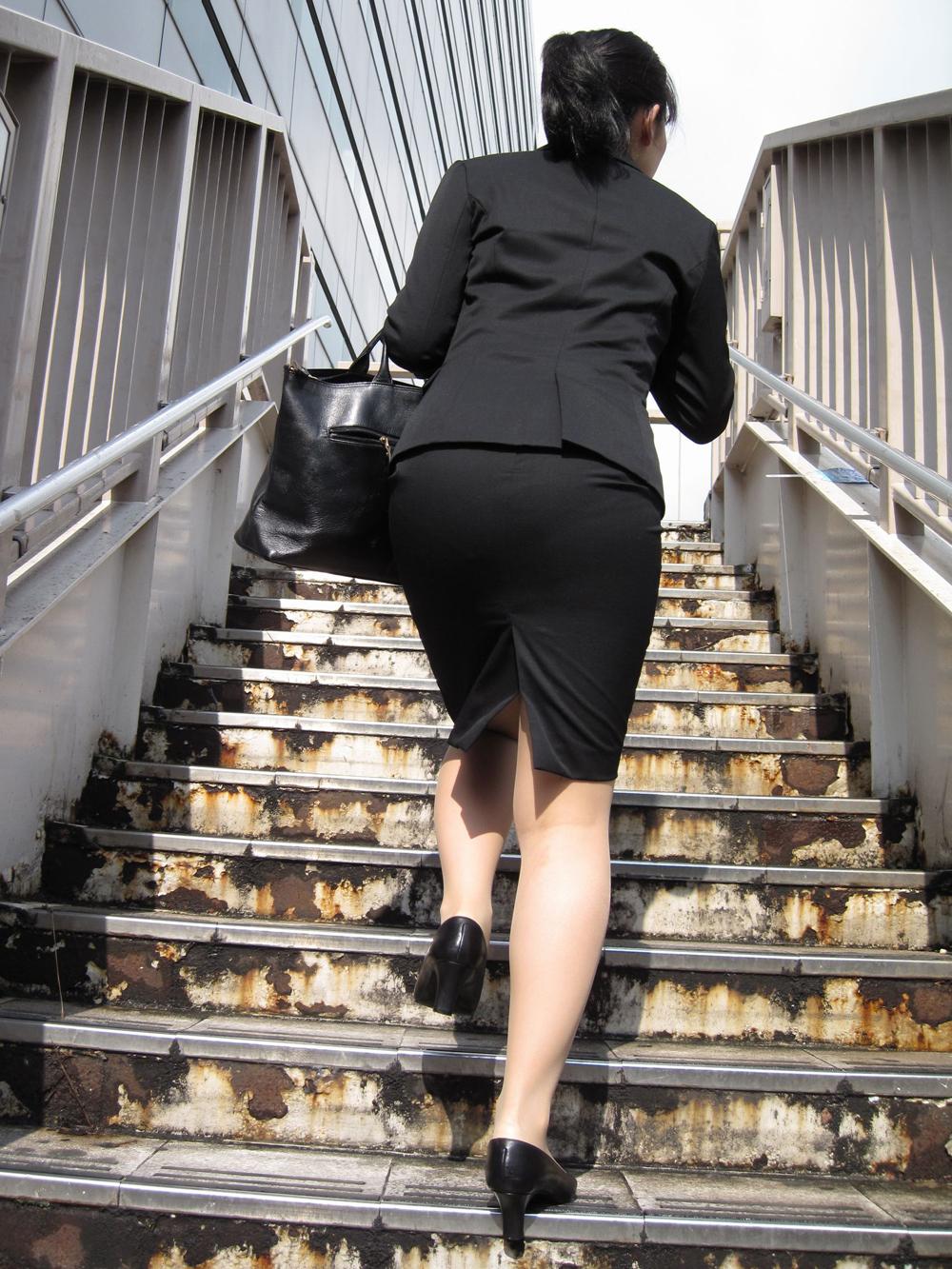 上京就活の前にリクスーOLが駅のホームで佇むエロ画像8枚目