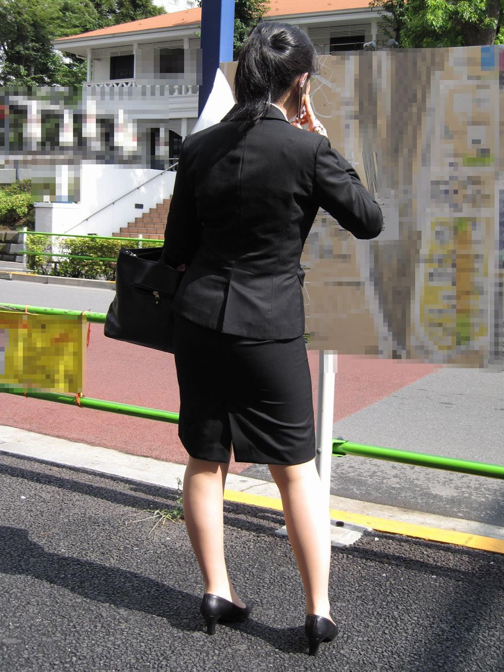 上京就活の前にリクスーOLが駅のホームで佇むエロ画像9枚目