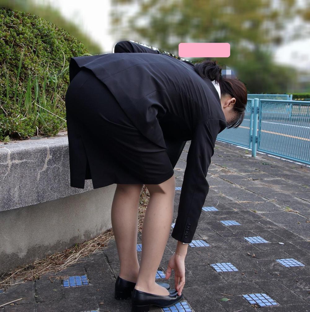上京就活の前にリクスーOLが駅のホームで佇むエロ画像11枚目