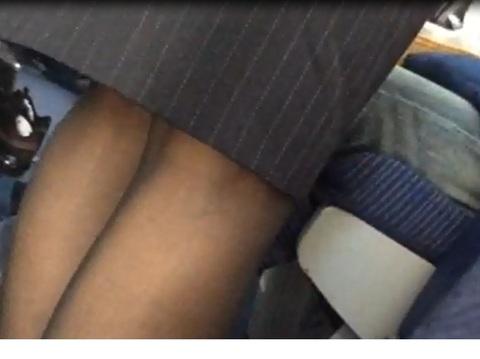 素人CAがフライト中に油断したパンスト盗撮のエロ画像1枚目
