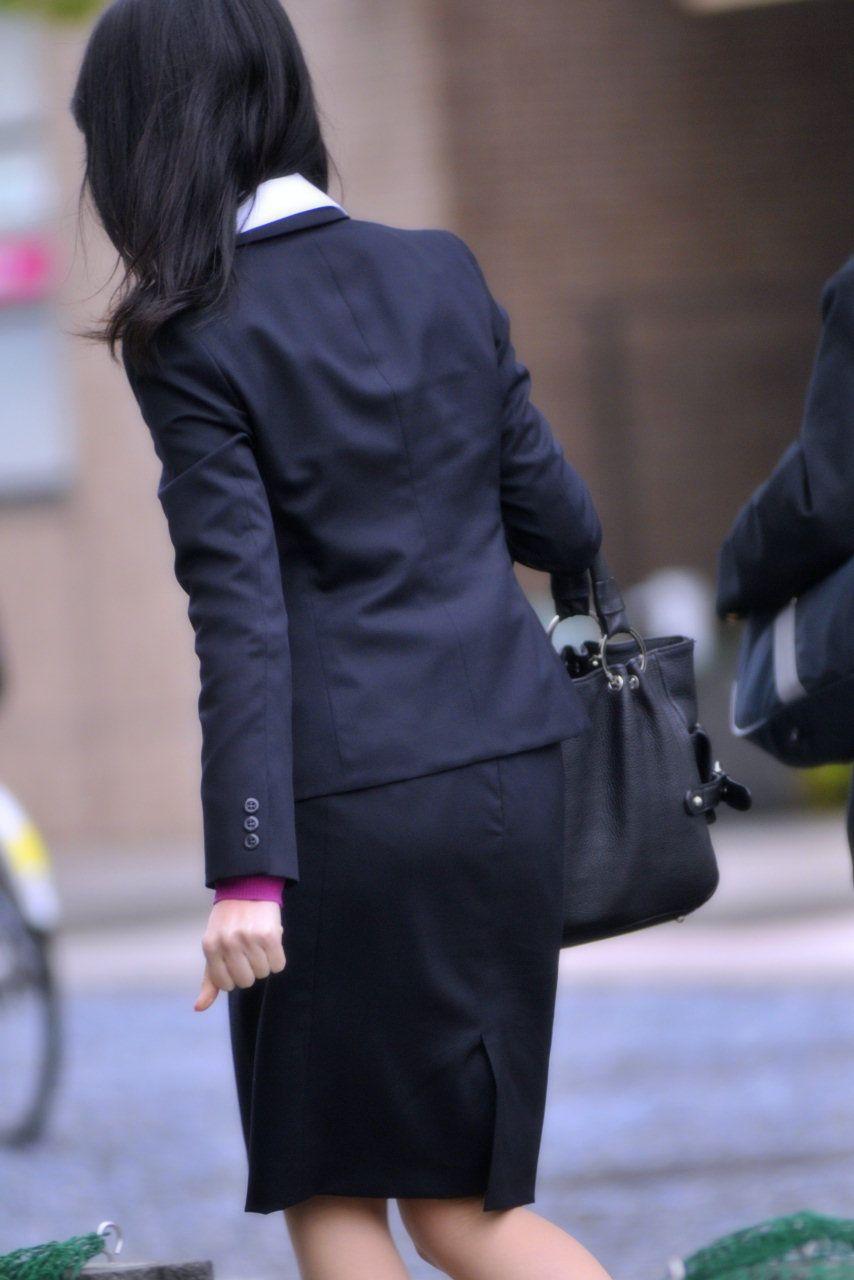 新卒OLが就活中なのに派手なインナーを着るエロ画像1枚目