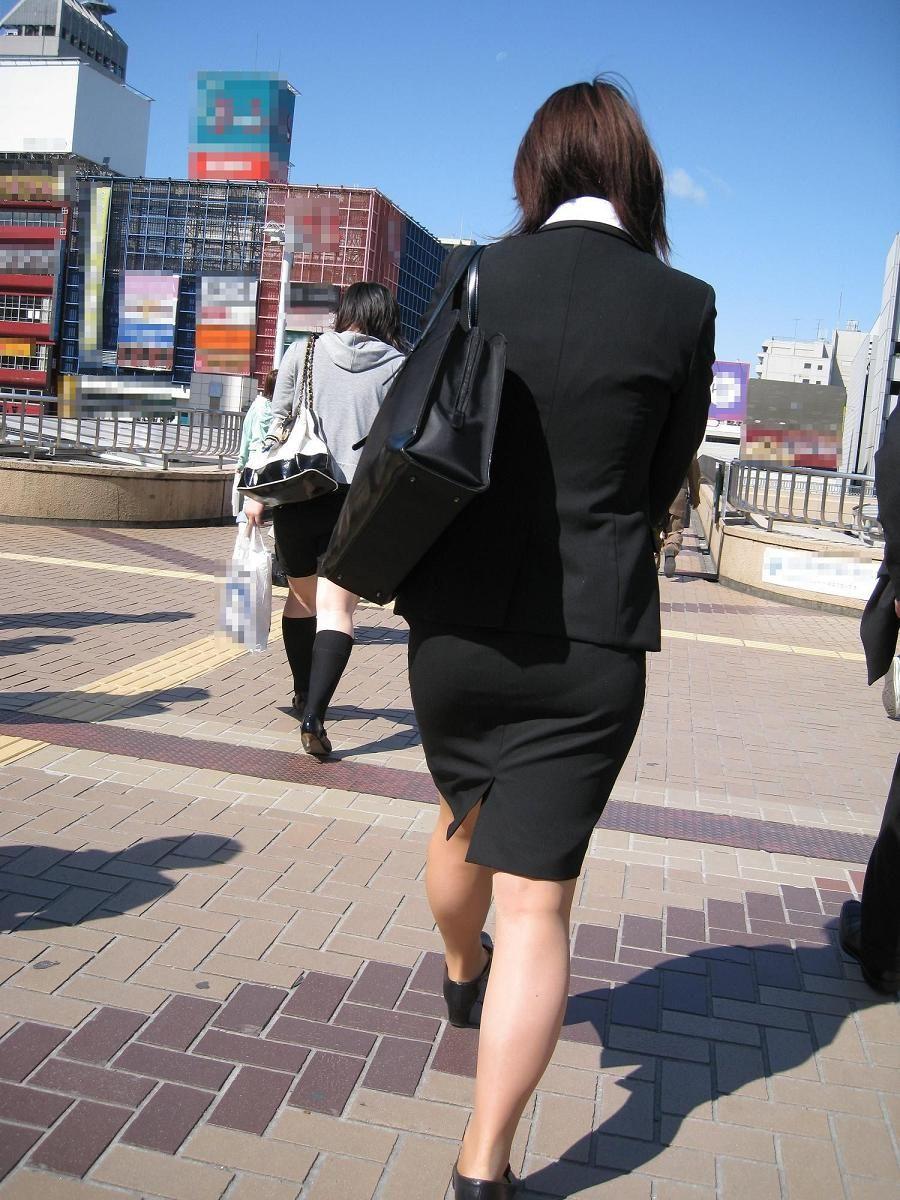 新卒OLが就活中なのに派手なインナーを着るエロ画像2枚目
