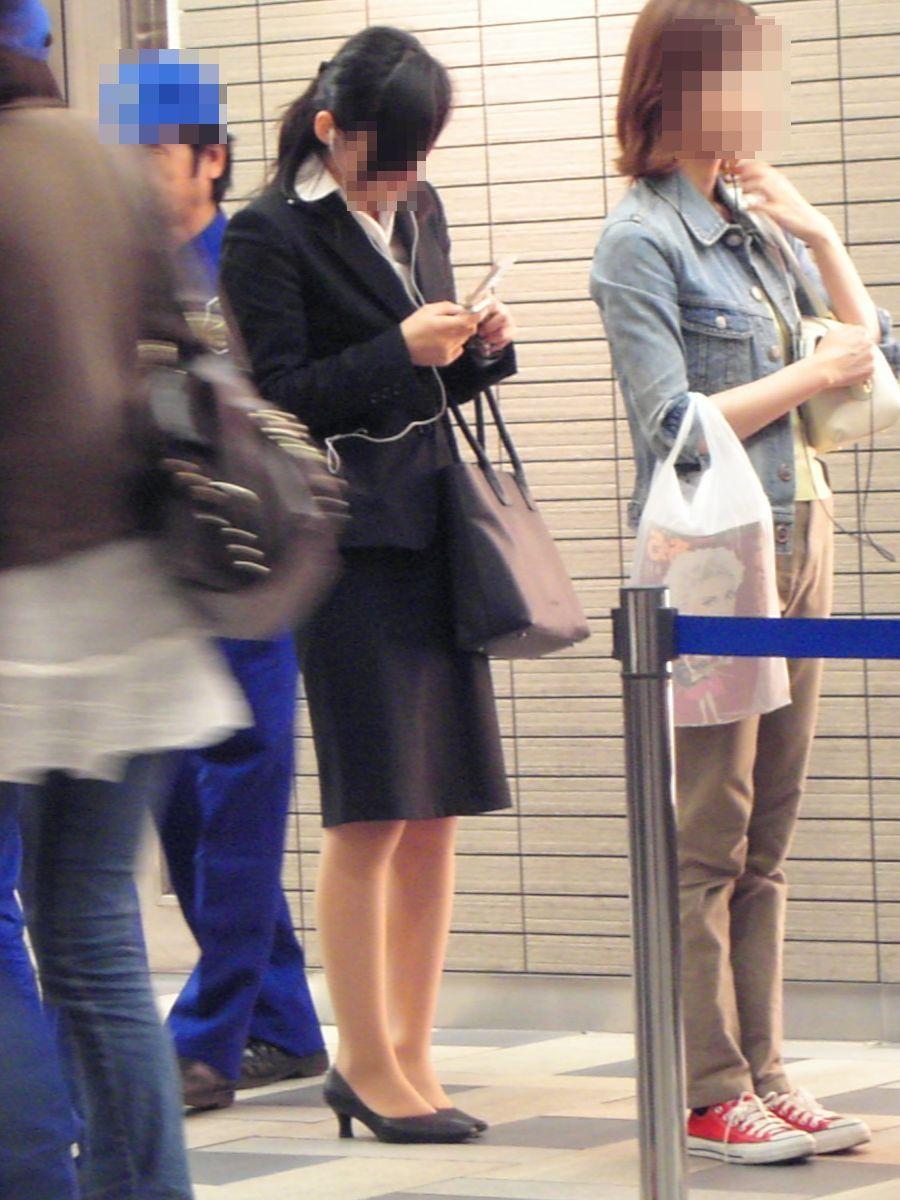 新卒OLが就活中なのに派手なインナーを着るエロ画像7枚目