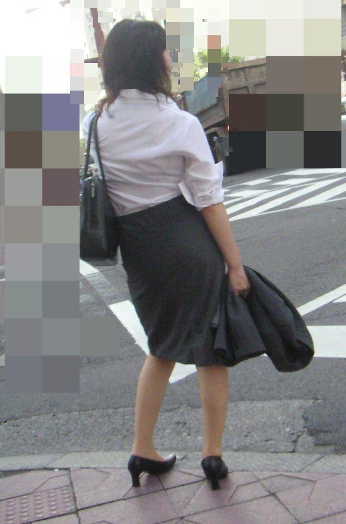 新卒OLが就活中なのに派手なインナーを着るエロ画像10枚目
