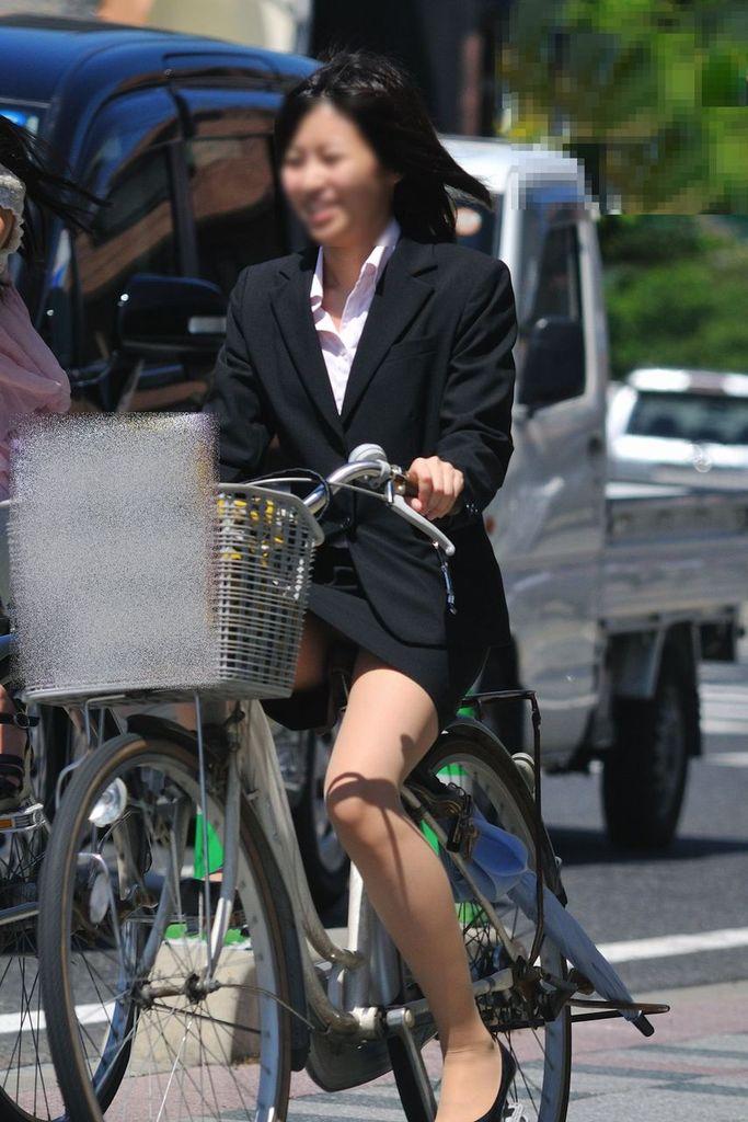 新入社員が笑顔で自転車パンチラの三角盗撮エロ画像1枚目