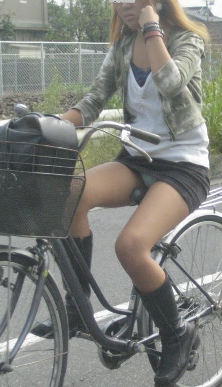 新入社員が笑顔で自転車パンチラの三角盗撮エロ画像2枚目