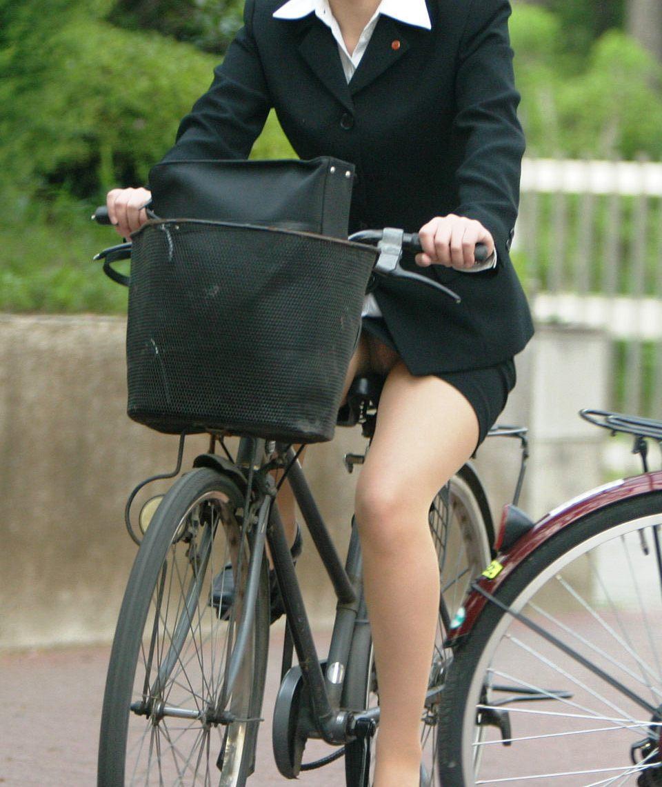 新入社員が笑顔で自転車パンチラの三角盗撮エロ画像3枚目