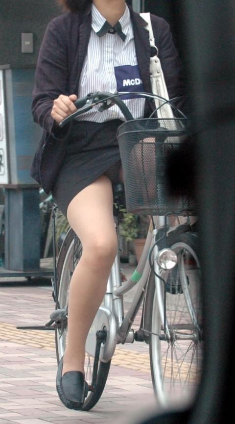新入社員が笑顔で自転車パンチラの三角盗撮エロ画像6枚目