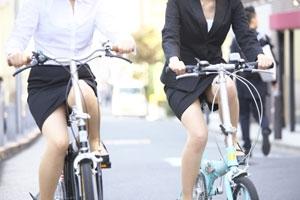 新入社員が笑顔で自転車パンチラの三角盗撮エロ画像7枚目