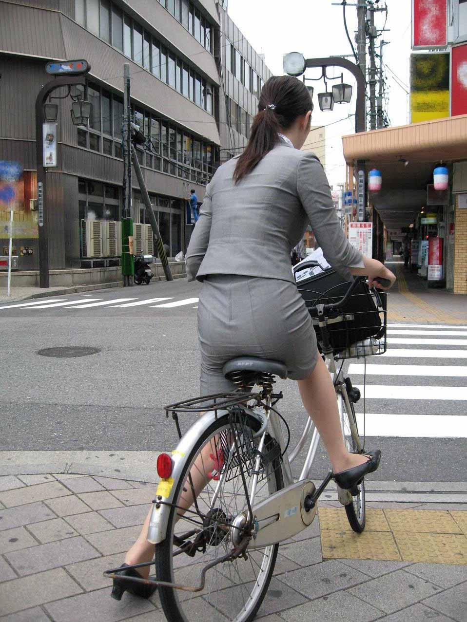 新入社員が笑顔で自転車パンチラの三角盗撮エロ画像9枚目
